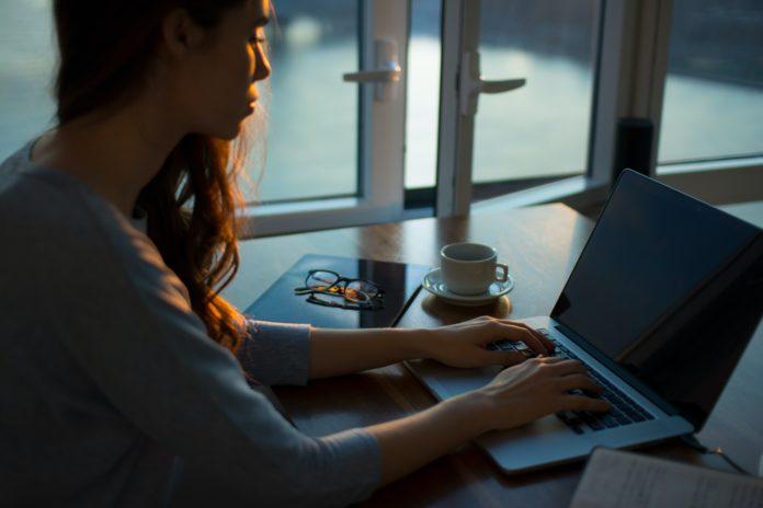 donna-che-scrive-al-computer