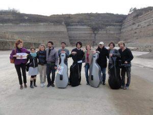 Alcuni musicisti dei 100 Cellos presso la discarica a Riano